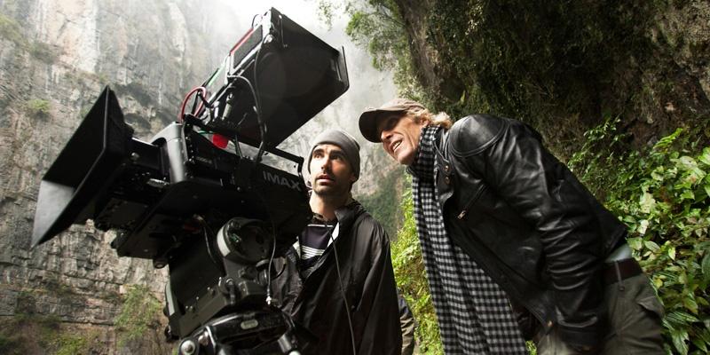 迈克尔·贝(Michael Bay)(右一)在《变形金刚4:绝迹重生》(Transformers: Age of Extinction)武隆片场,使用IMAX 3D数字摄影机进行拍摄