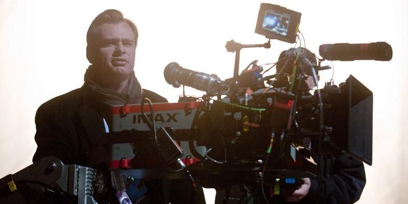 克里斯托弗·诺兰(Christopher Nolan)(左一)在《蝙蝠侠:黑暗骑士崛起》(The Dark Knight Rises)片场,使用IMAX胶片摄影机拍摄