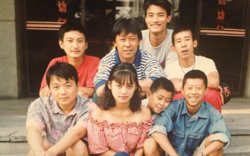 《阳光灿烂的日子》剧组导演姜文与主要演员合影