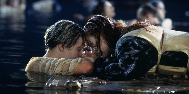 """八十四年后,罗丝又来到泰坦尼克号沉没的地方,将""""海洋之心""""抛入海图片"""