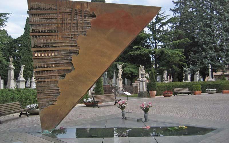 费里尼一家埋葬于里米尼公墓的主入口出,墓碑旁是