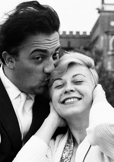 1955年,费德里科·费里尼与妻子茱莉艾塔·玛西娜在威尼斯
