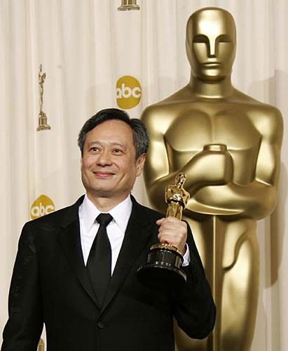 李安凭借《卧虎藏龙》荣获奥斯卡最佳外语片奖