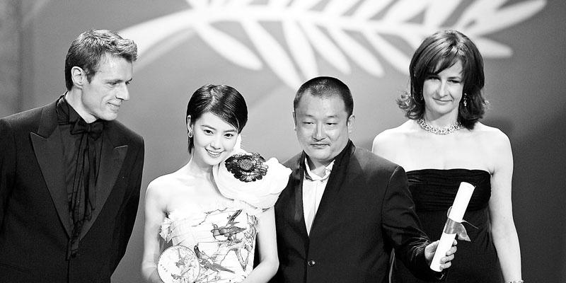 《青红》获第58届戛纳电影节评委会大奖,王小帅(右二)和高圆圆(左二)在典礼上领奖