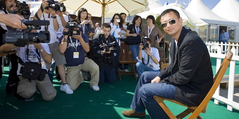 2007年5月18日,王家卫在戛纳海滩出席《蓝莓之夜》媒体见面会