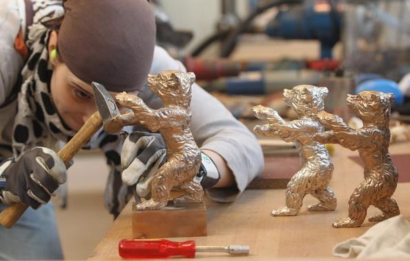 艺术家正在制作金熊奖奖杯