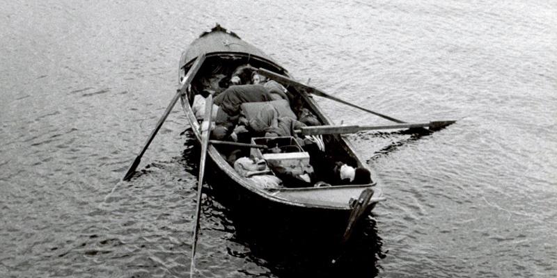 《羞耻》剧照,丽芙·乌曼与马克斯·冯·西多在海上飘荡