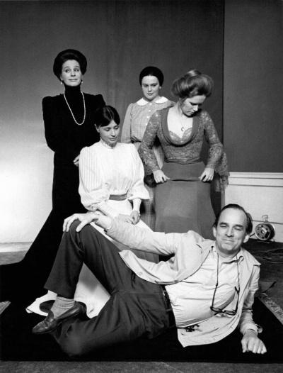 《呼喊与细语》片场照,英格玛·伯格曼与影片的四大女主角