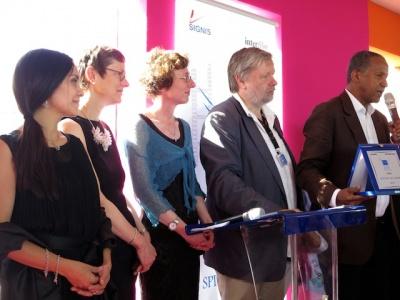2014年,第67届戛纳电影节天主教人道奖由《廷巴克图》获得,导演阿伯德拉马纳·希萨柯(右一)接受奖牌