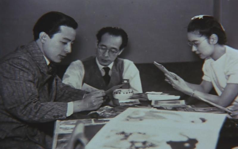 从左至右依次是:高田浩吉、沟口健二、田中绢代。这是两人初次合作《浪花女》时留下的合影。