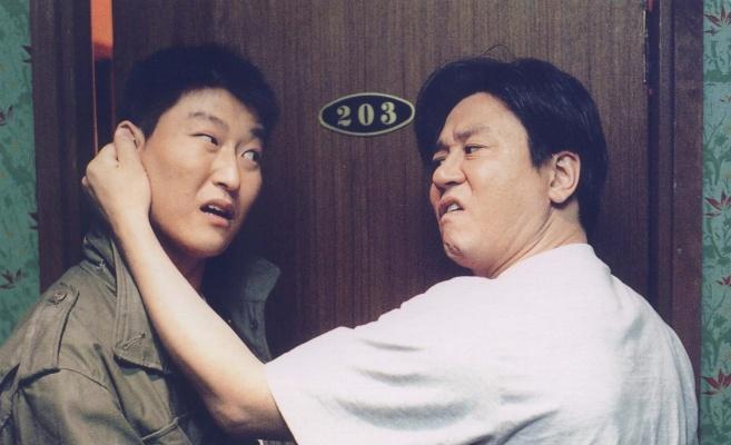 金知云的处女作《死不张扬离奇失魂事件》由宋康昊和崔岷植主演,当年两人都还不是韩国影坛的大哥大,可见其眼光独到。
