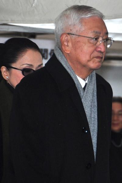 在大岛渚葬礼上的筱田正浩,身后尾随的是其妻子著名女星岩下志麻