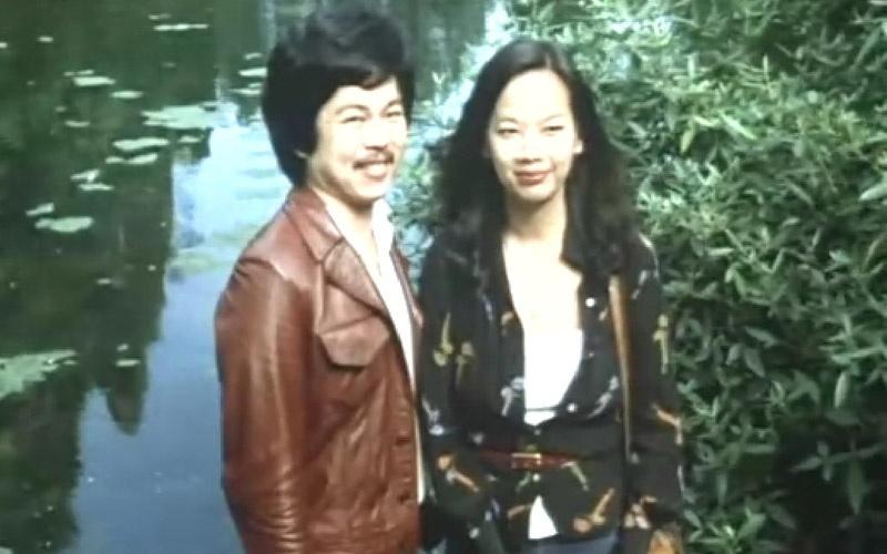 《飞行员的妻子》截图,雪美莲(右)在片中客串了在公园中游玩的香港游客