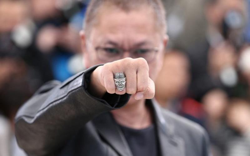 三池崇史在电影节上向摄影记者挥拳