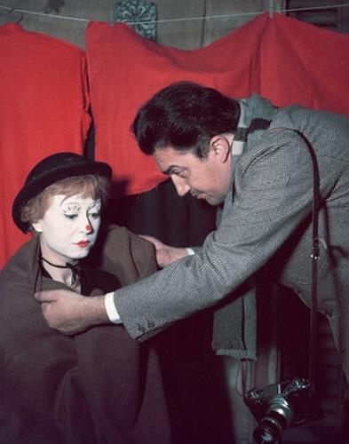 意大利电影大师费德里科·费里尼(右)与其妻子拍摄茱莉艾塔·玛西娜拍摄《大路》(《道路》)时的工作照