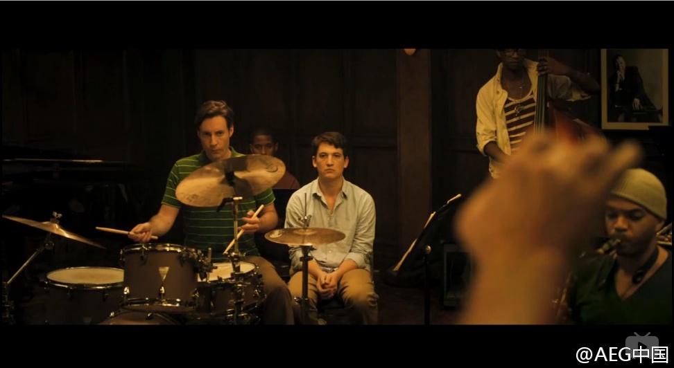 在studio排练Carvan时,原本的那位核心鼓手是真打,他也确实是专业鼓手。而到了主角上场时,基本都是假打