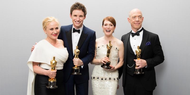 第87届奥斯卡金像奖获奖演员,从左至右依次是最佳女配角帕特丽夏·阿奎特、 最佳男主角埃迪·雷德梅恩、最佳女主角朱丽安·摩尔、最佳男配角J·K·西蒙斯