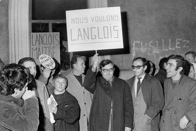 1968 年,时任法国文化部长的马尔罗罢免了朗格卢瓦电影资料馆馆长一职,夏布洛尔(中间举牌者)、让·鲁什(中左)、戈达尔(中右)走上街头抗议,并与警察发生了冲突。