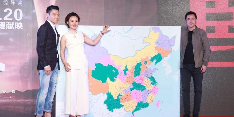 《失孤》主创合影,从左到右依次是主演刘德华、编导彭三源、制片人王中磊