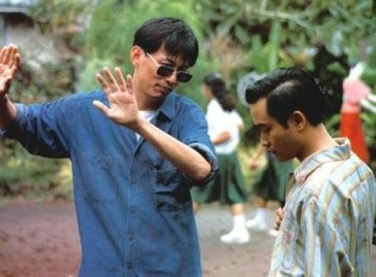 《阿飞正传》工作照,拍摄现场的王家卫与张国荣(右)