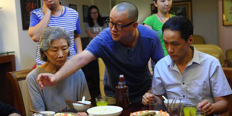 《闯入者》工作照,王小帅在给冯远征和吕中讲戏